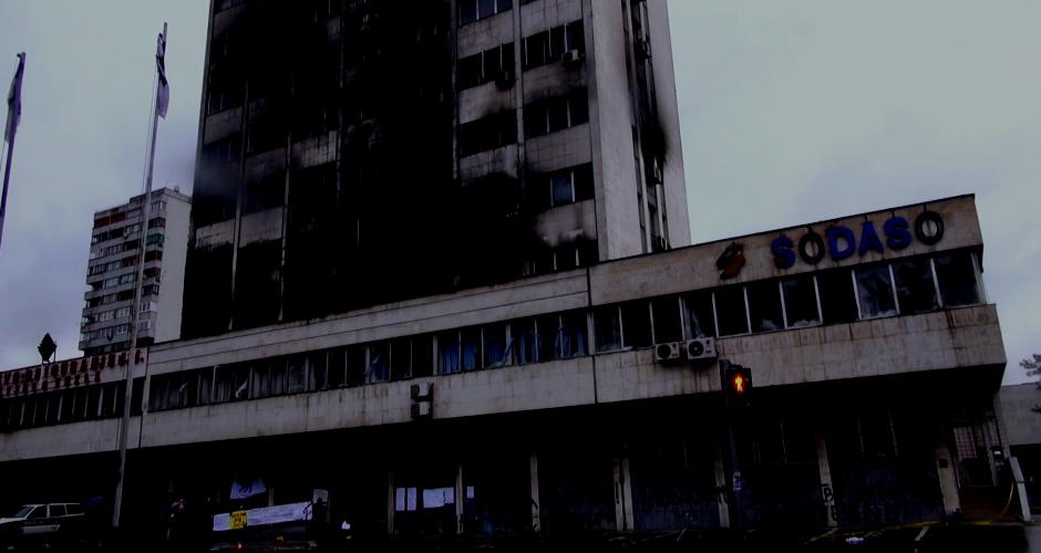 Brennendes Regierungsgebäude in Tuzla, Februar 2014