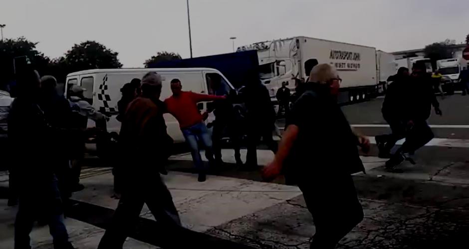 Lieferwagen rast in eine Menge, 14 Arbeiter springen und laufen weg