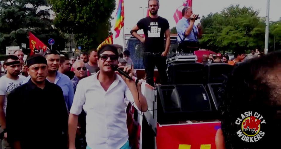 Demonstration, in der Menschenmenge ein Mann mit Mikrophon neben Lautsprecherwagen