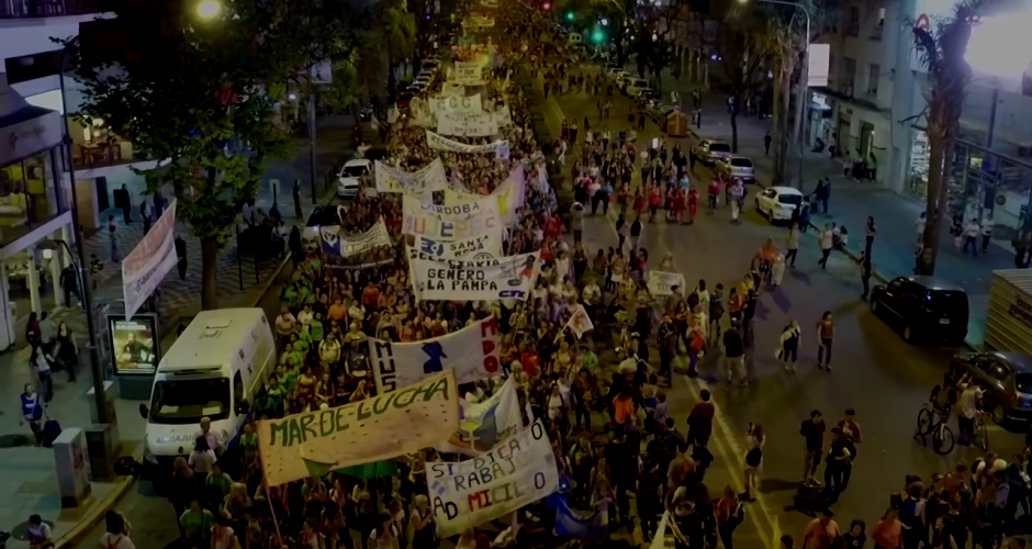 Frauendemonstration in Rosario: hunderte Frauen mit Transparenten