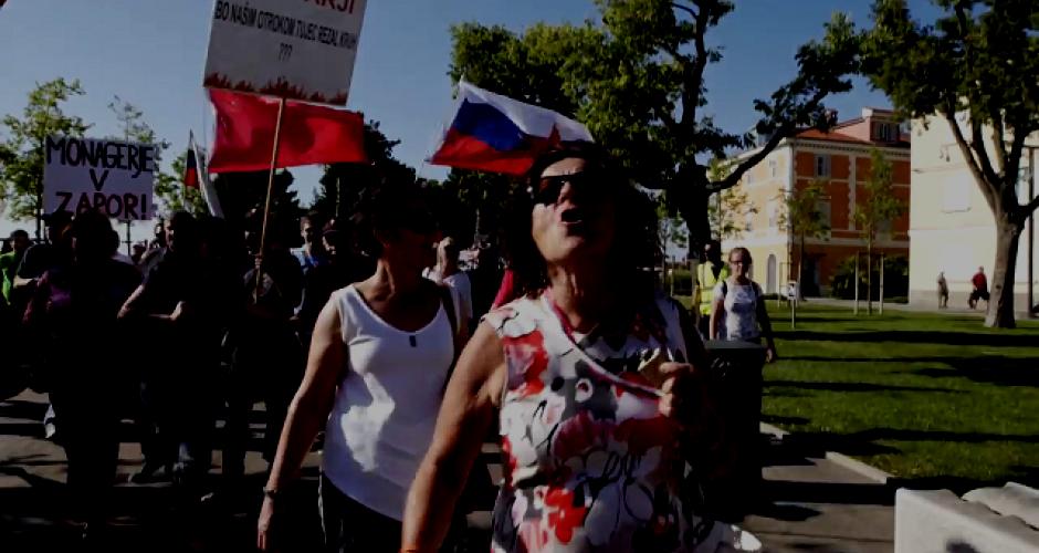 Demonstration in Koper Frauen demonstrieren im HIntergrund rote Fahne und slowenische Fahne im Hintergrund