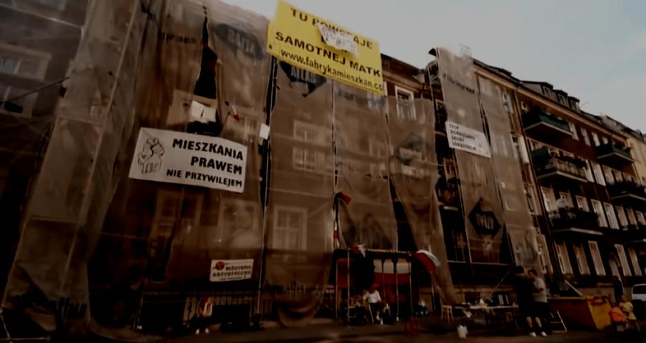Eingerüstete Fassade in Poznan mit Protestschildern