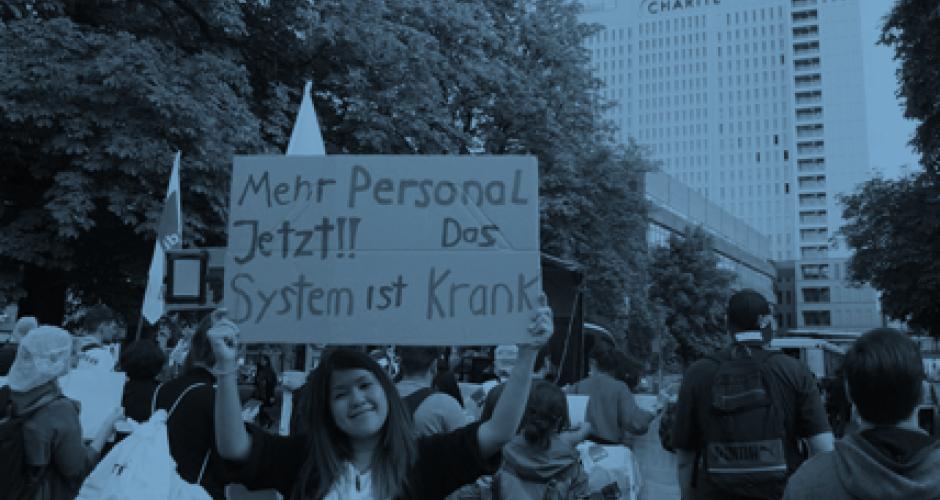 """Demonstrantin mit Schild: Mehr Personal jetzt! Das System ist krank"""""""