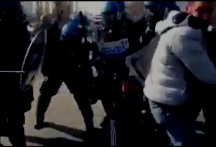 Polizisten prügeln Arbeiter vor den Toren von AlcarUno Levoni, Modena