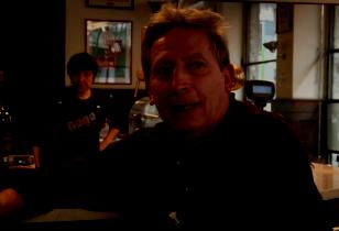 Enrico Baglioni in einer Bar in Italien