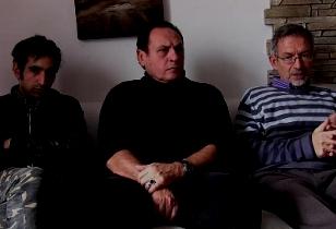 Zwei Sprecher und ein Delegierter der italienischen Basisgewerkschaft SI Cobas sitzen nebeneinander auf einem Sofa