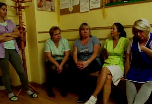 Kindergärtnerinnen unterhalten sich