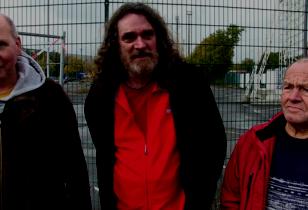 drei GoG Mitglieder vor dem Opel Werk in Bochum