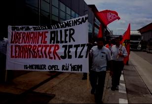 Automobilarbeiter bei Opel Rpüsselsheim mit Transparent Übernahme aller Leiharbeiter jetzt!