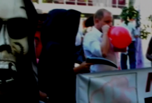 Demonstration, als Tod mit Masken und Sensen verkleidete Demonstrant_innen
