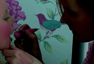 Frau schminkt ein ca. 6jähriges Mädchen