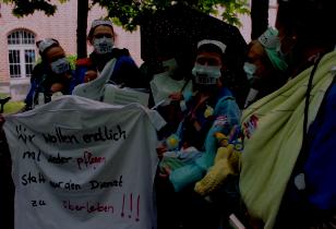 Krankenpflegerinnen mit Transparent: Wir wollen endlich mal wieder pflegen statt nur den Dienst zu überleben!!!