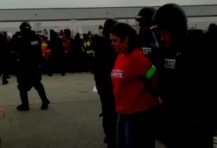 Streikende Walmart Arbeiterin wird von der Polizei abgeführt